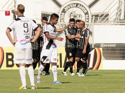Corintianos comemoram o gol de empate. Foto: Rodrigo Villalba / Gazeta Press
