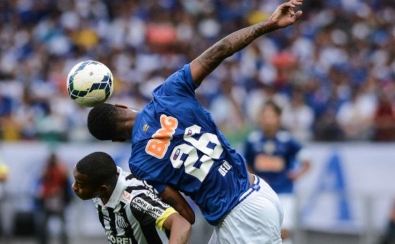 Dede levou vantagem nas disputas que teve com Robinho na partida deste domingo (Foto: Pedro Vilela/Getty Images)