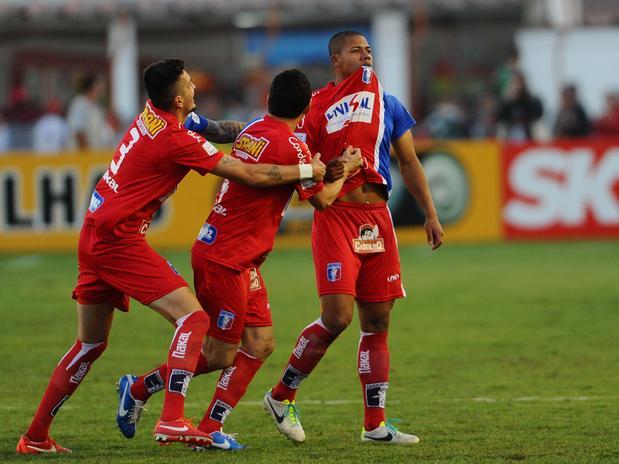 Douglas Tanque comemora o gol de empate do Guará. Foto: Sergio Barzaghi / Gazeta Press