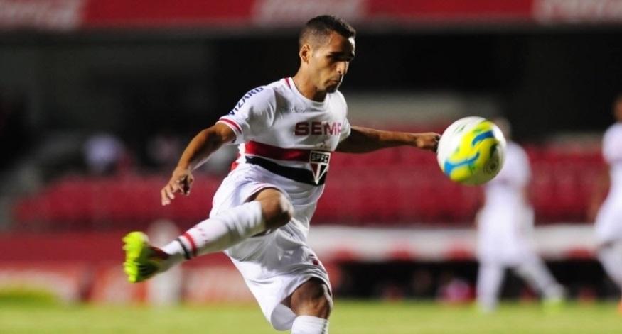 Assim como o restante do time, Douglas pouco criou na partida contra o Penapolense (Foto: Junior Lago/UOL)