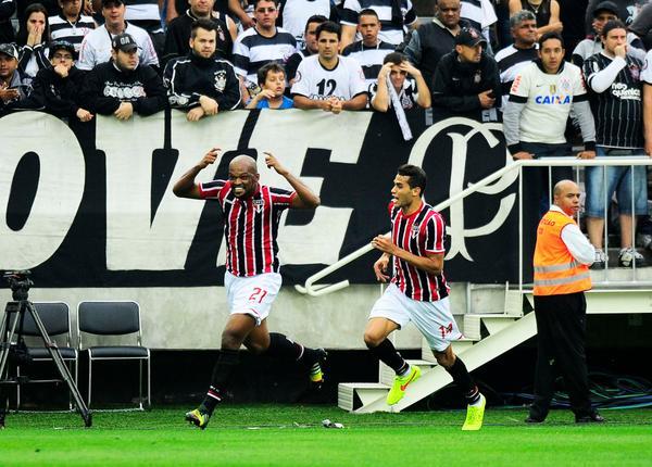 Edson Silva comemora gol que deixou o São Paulo na frente. (Foto: Marcos Ribolli).