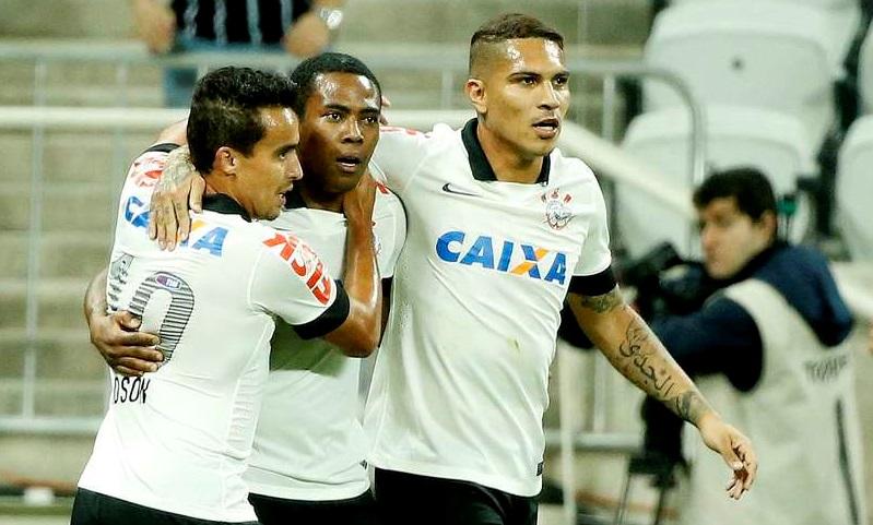 Elias comemora com seus companheiros depois de abrir o marcador contra o Bahia. (Foto: Ricardo Matsukawa / Terra)