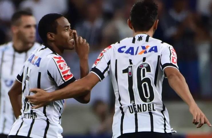 Elias manda recado pra torcida do coxa depois de marcar o primeiro gol do Corinthians. (Foto: Djalma Vassão / Gazeta Press)