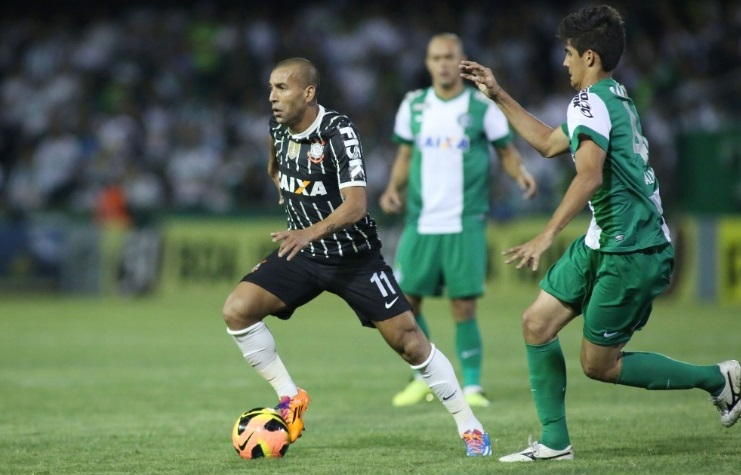 Emerson domina a bola durante duelo contra o Coritiba (Foto: GIULIANO GOMES/ESTADÃO CONTEÚDO0