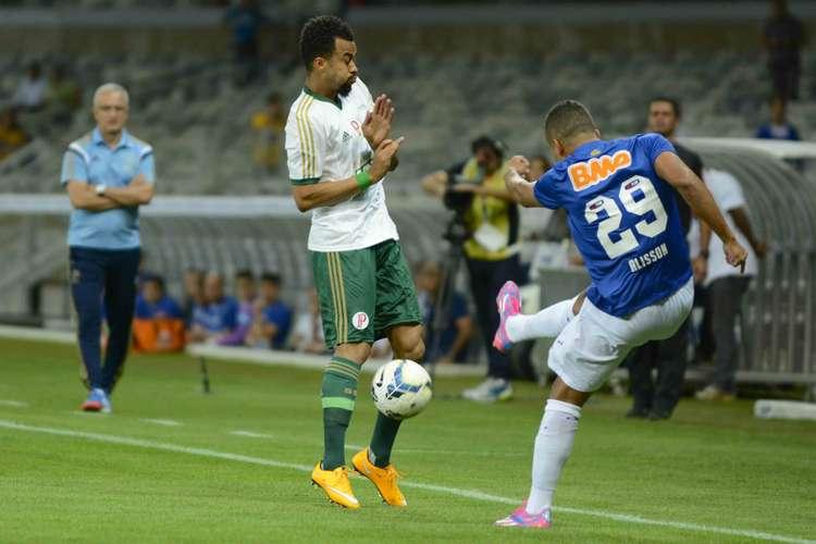 Disputa de bola entre Wesley e Alisson no Mineirão. Foto: Yuri Edmundo / Gazeta Press