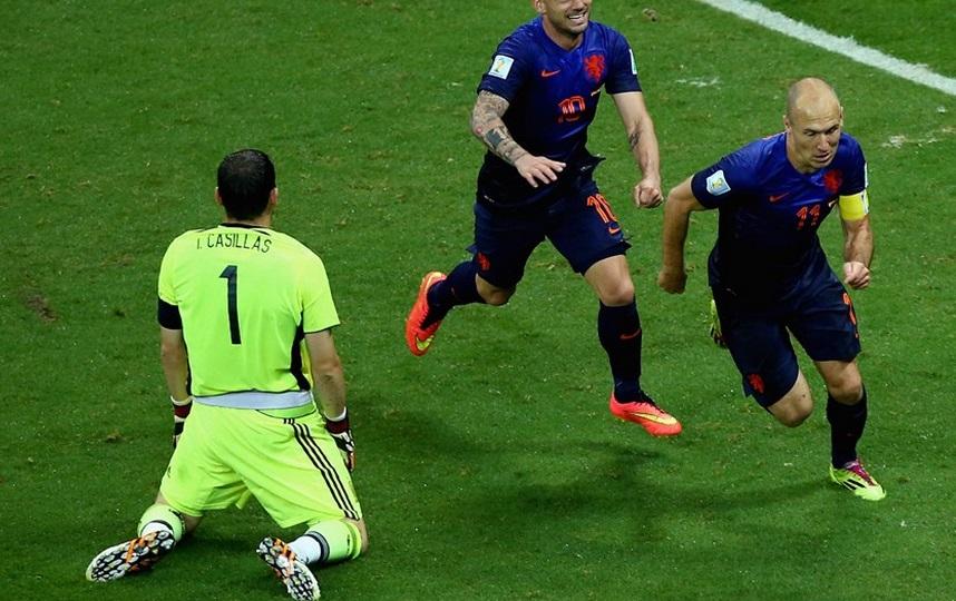 Robben humilhou, deixou Cassilas no chão e fez o quinto da Holanda na partida. (Foto: Getty).