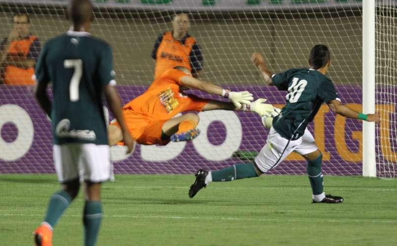 Esquerdinha bate de direita para vencer Deola. Foto: Carlos Costa / Lancepress!