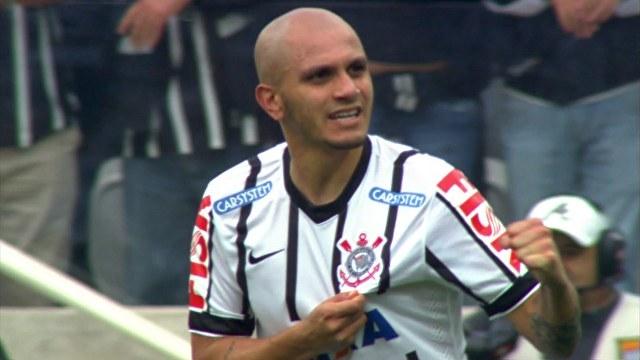 Fabio Santos comemora seu primeiro gol de penalti na partida. (Foto: Marcos Ribolli)
