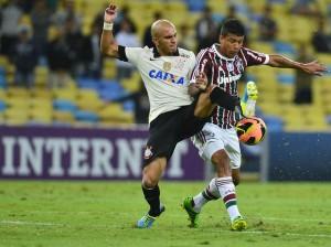 Fabio Santos em disputa de bola acirrada. Foto: Daniel Ramalho / Terra