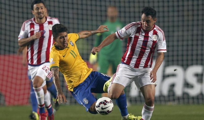 Firmino pouco fez na partida contra os paraguaios (Foto: Guillermo Arias / Xinhua)