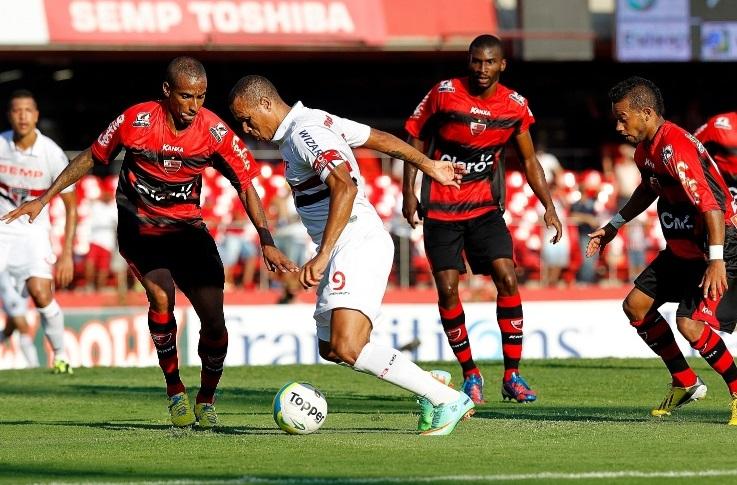 Fora de ritmo, Luiz Fabiano jogou mais uma vez abaixo do que se espera dele. (Foto:: Reinaldo Canato/UOL)