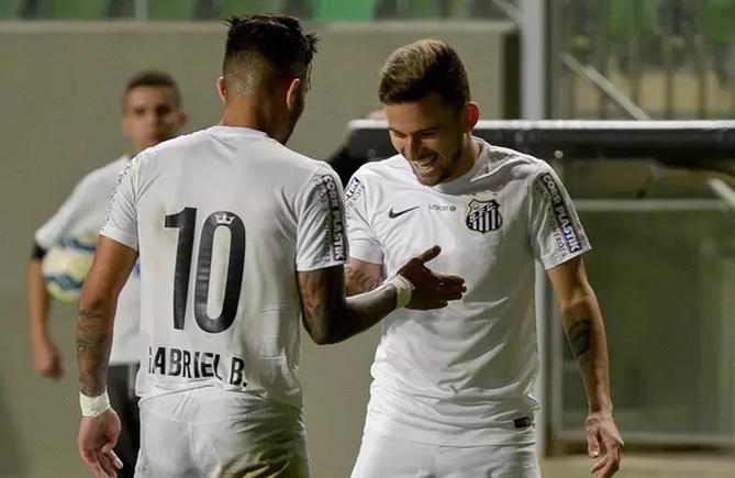 Gabriel e Lucas Lima comemoram o gol de empate do Santos em Minas. (Foto: André Yanckos / Agif)