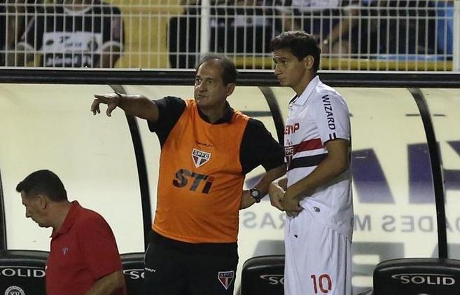 Muricy Ramalho orienta Ganso. Foto: Rubens Chiri