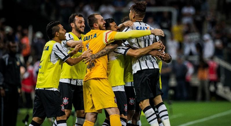 Guerrero comemora com seus companheiros de banco um de seus gols feitos na partida. (Foto: Marcos Riboli)