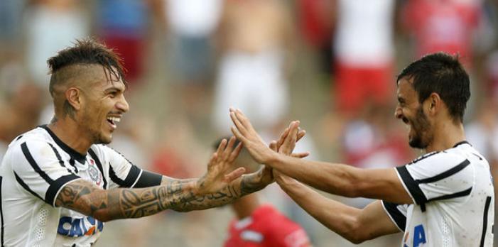 Guerrero comemora o gol com Felipe um dos gols da partida. (Foto: Ari Ferreira/LANCE!Press)