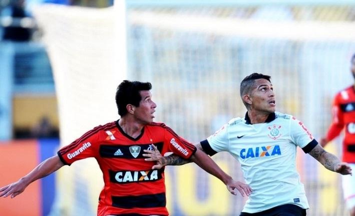 Guerrero disputa a bola. Novamente, o atacante ficou devendo. (Foto: Reinaldo Canato/UOL)