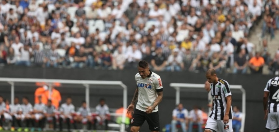 Guerrero lamenta mais uma jogada perdida. O atacante deixou a desejar na partida contra o Figueirense. (Foto: Danilo Verpa/Folhapress)