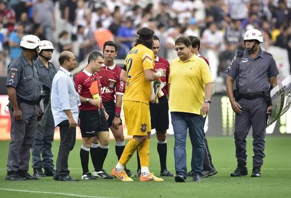 Guto Ferreira reclama com a arbitragem do gol mal anulado da sua equipe. (Foto: Fernando Dantas / Gazeta Press)