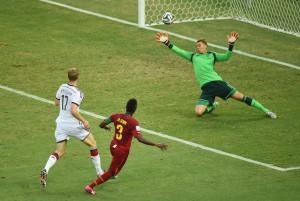 Gyan chuta cruzado para vencer Neuer e virar o jogo. Foto: AFP