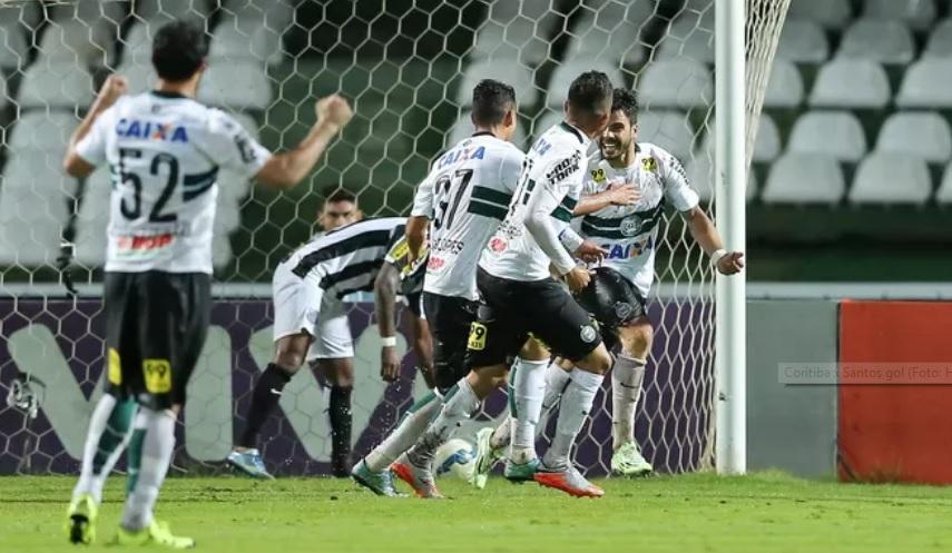 Henrique Almeida faz o gol que tira o Coxa da zona da degola.  (Foto: Heuler Andrey /  Agência Estado)
