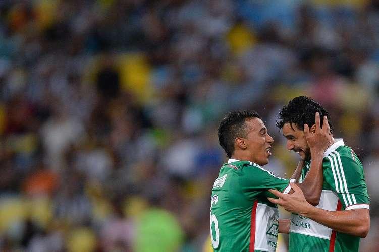 Juninho e Henrique comemoram gol do triunfo. Foto:
