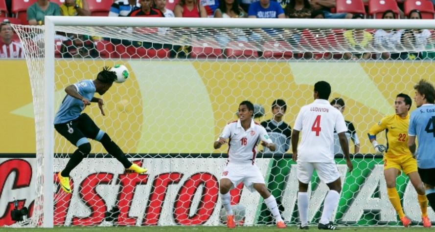 Hernandez completa para o fundo do gol. O atacante fez quatro gols na partida Ricardo MoraesReuters