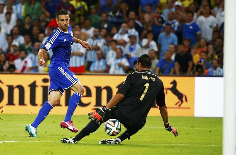 Ibsevic chuta no meio das pernas de Romero. Foto: Reuters