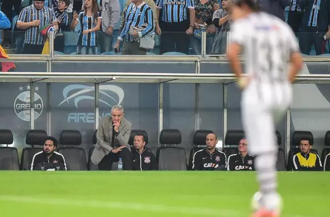 Inespressivo Corinthians perde mais a segunda no brasileiro. (Foto: Lucas Uebel / Grêmio FBPA / Divulgação)