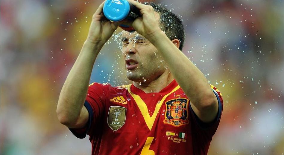 Andres Iniesta tenta se refrescar no forte calor cearense. Foto: Getty Imagens