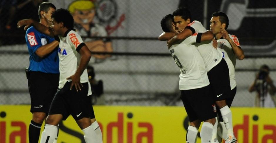 Jadson recebe abraço de Ralf após marcar para o Corinthians sobre o Atlético-PR. ( Foto: Junior Lago/UOL)
