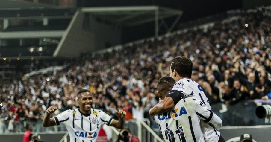 Jadson comemora o primeiro gol da partida contra a Ponte Preta. (Foto: Adriano Vizoni/Folhapress)