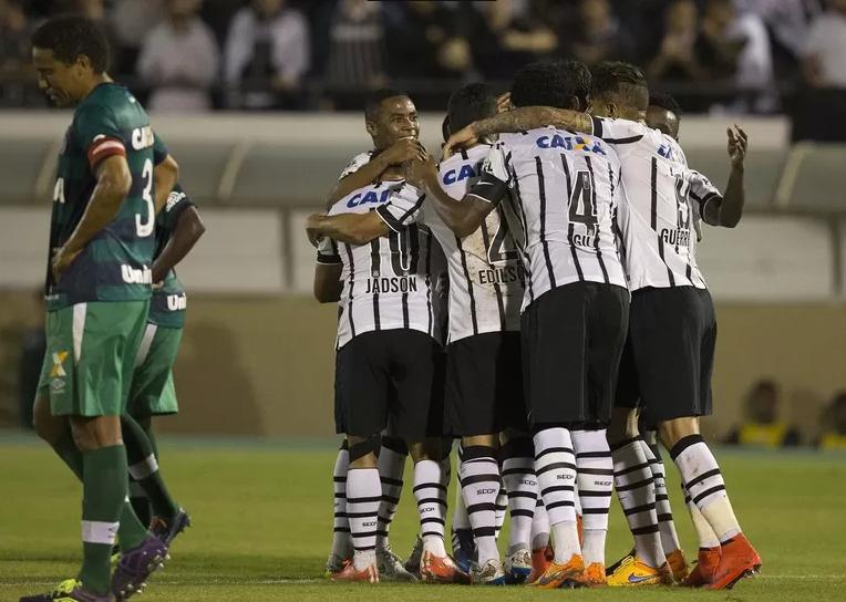 Jogadores alvinegros comemoram o gol de Fabio Santos. (Foto: Daniel Augusto Jr / Ag. Corinthians)