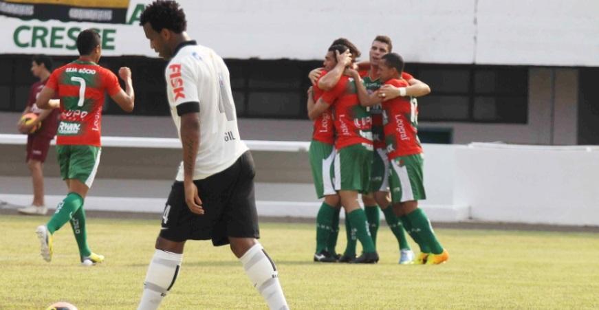 Jogadores da Portuguesa comemoram gol de Gilberto contra o Corinthians,