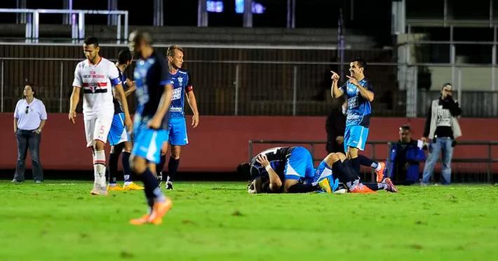 Jogadores do Avai comemoram gol de empate no fim da partida. (Foto: Marcos Ribolli)
