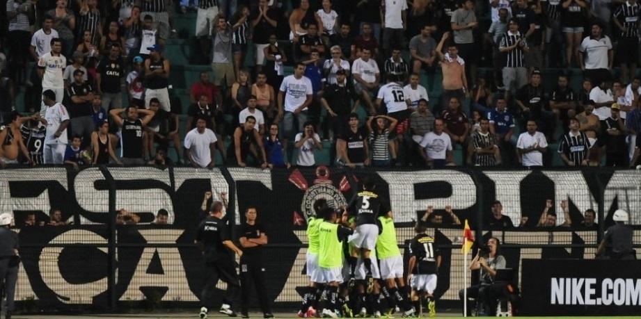 Torcida alvinegra observa jogadores do Bragantino comemoram o segundo gol da partida diante do Corinthians.  (Foto: Junior Lago/UOL)