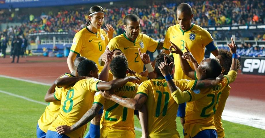 Jogadores do Brasil comemoram o gol de Robinho, contra o Paraguai.(Foto: Mariana Bazo / Reuters)