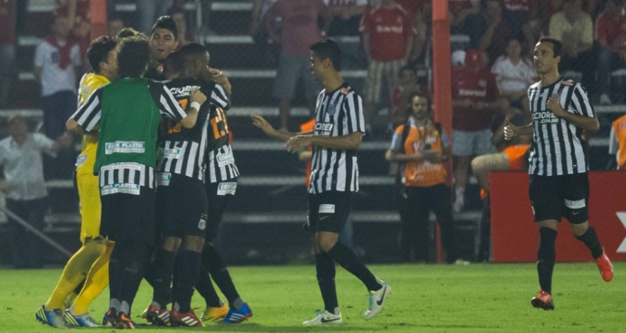 Jogadores do Peixe comemoram gol marcado por Renato Abreu, o segundo da equipe contra o Inter (Foto:Preview.com)