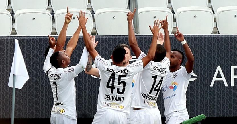 Jogadores do Santos comemoram o gol marcado por Ricardo Oliveira. (Foto: Ernesto Rodrigues/Folhapress)