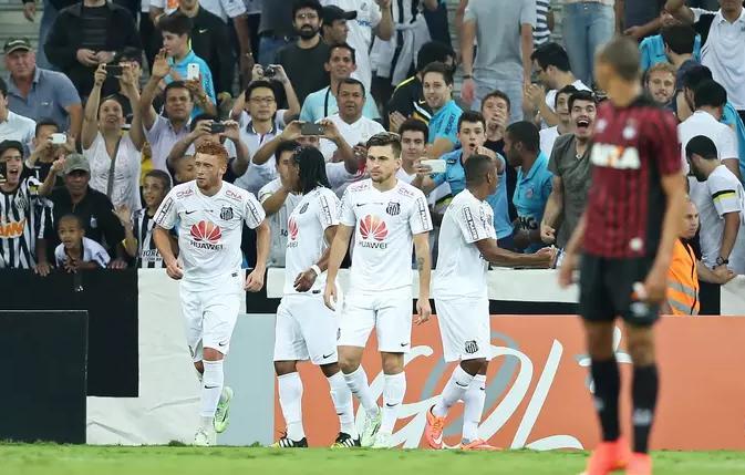 Jogadores do Santos comemoram o gol marcado por Robinho. (oto: Heuler Andrey / Getty Images)