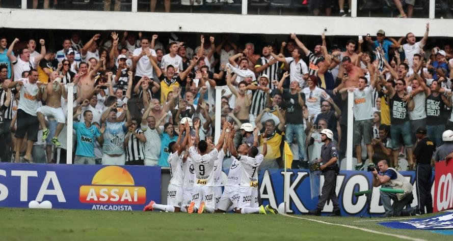 Jogadores do Santos vibram com o gol marcado por Ricardo Oliveira.  (Danilo Verpa/Folhapress)