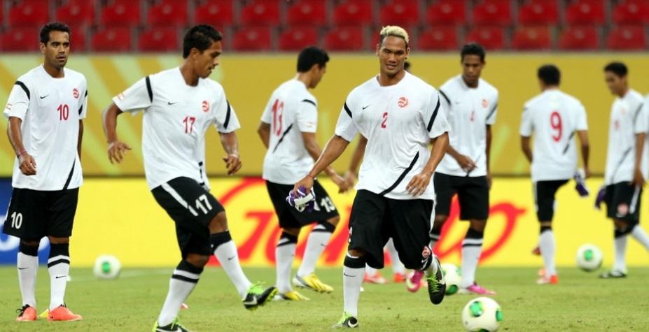 Jogadores do taiti treinam no local da partida contra o Uruguai, na Arena Pernambuco (Foto: Iván Franco/EFE)
