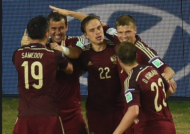 Jogadores russos omemoram gol de empate diante da Coreia. (Foto: AFP PHOTO/ PEDRO UGARTE)