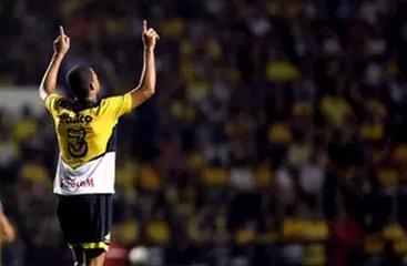 Joilson comemora o primeiro gol do Tigre contra o Santos. (Foto: Cristiano Andujar / Getty Images