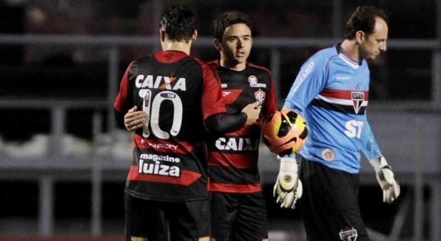 Juan com a bola apos marcar o gol de empate contra seu ex-clube. (Foto: Reinaldo Canato/UOL)