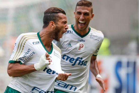 Leandro Pereira comemora o único gol da partida. (Foto: Marcello Zambrana / Agif)