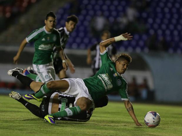 Douglas Marques derruba Leandro na área e comete pênalti. Foto: Célio Messias / Gazeta Press