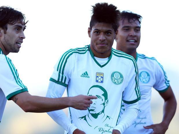 Leandro comemora o seu gol mostrando camisa em homenagem a Djalma Santos. Foto: Sergio Barzaghi / Gazeta Press