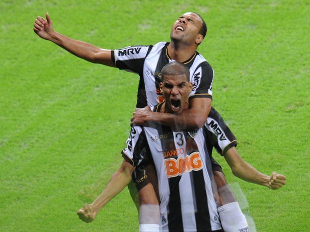 Leonardo Silva comemora com Alecsandro o segundo gol da partida. Foto: AFP