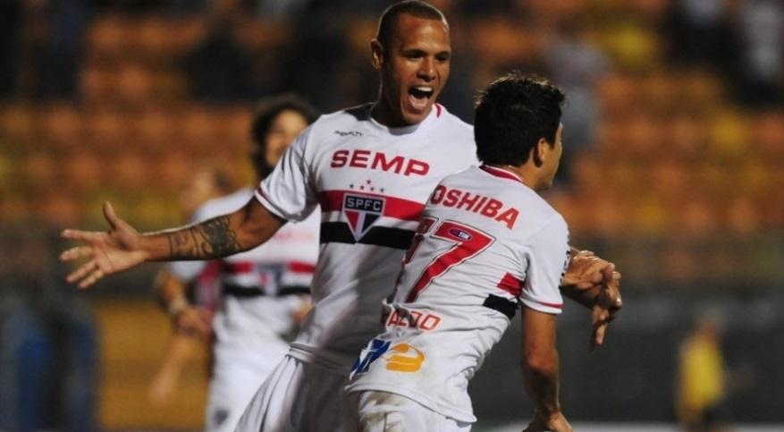 Luis Fabiano comemora com Osvaldo o primeiro gol do tricolor na partida contra o CRB, no Pacaembu. (Foto: Junior Lago/UOL)