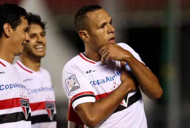 Luis Fabiano comemora o primeiro gol da partida. (Foto: Luis Moura / Gazeta Press)